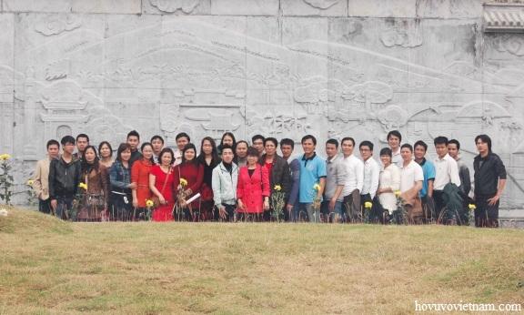 Đoàn dâng hương tại Miếu thờ Đức Thần Thủy Tổ Vũ