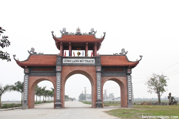 Cây đa của Đại tướng Võ Nguyên Giáp trồng tại cổng
