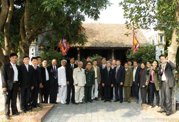 Các đại biểu tham dự buổi dâng hương và chụp ảnh