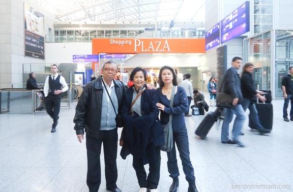Ông Bà Vũ Đăng Giáp và cháu gái tại sân bay Frankfurt
