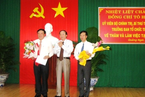 Ông Tô Huy Rứa tặng hoa chúc mừng ông Võ Văn Thưởng và