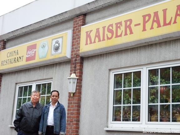 Ông Vũ Anh Dương ( người bên phải) chủ nhà hàng